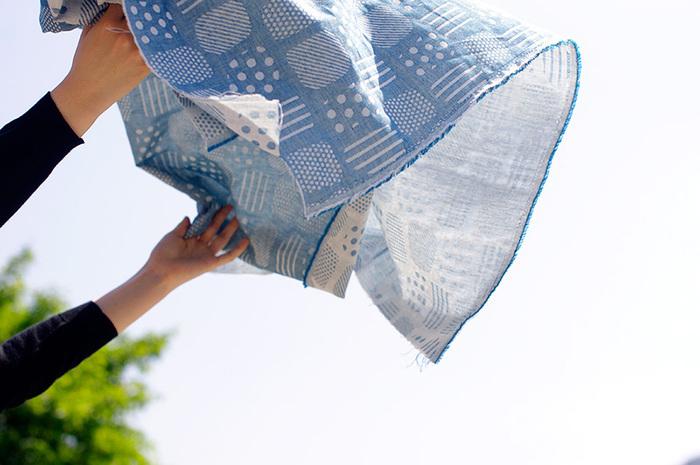 200年以上の歴史がある播州織は、国内先染め織物で70%のシェアを誇る織物で、シャツやハンカチなど幅広いアイテムに使われています。