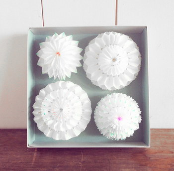 2回目では、北欧発祥といわれるハニカムペーパーを使って、ポップアップ型のメッセージカードを作ります。立体的なお花はとっても可愛らしいし、真っ白なのに華やかですね。