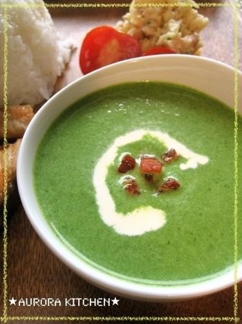 茹でたり炒めたりしたほうれん草はあまりたくさん食べられなくても、スープならあっというまに完食できてしまいます。こちらは和風のごはんにも合うかつおだしベース。玉ねぎをしっかり炒めることで甘みが出ます。