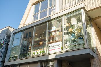 Free Design(フリーデザイン)の外観。ビルの二階にあるガラス張りのお店です。