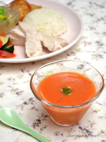 こちらはちょっと贅沢に、えび風味のトマトのスープです。生のトマトを使った爽やかな酸味が夏にぴったり。使うのは小エビ(干しえび)なので、気軽に作れます。スキムミルクを大さじ1入れるとよりコクがアップするそうですよ。