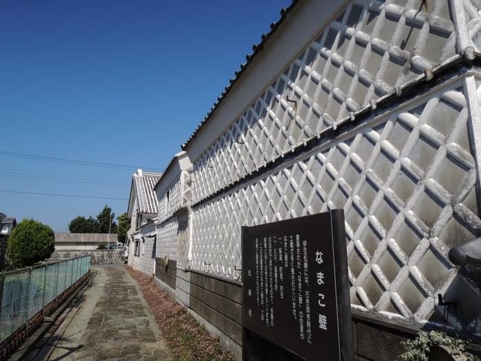 なまこ壁通りには、灰色をした平瓦と白い漆喰のコントラストが美しい土蔵や町屋が軒を連ねています。