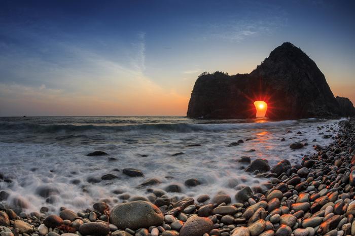 千貫門は夕陽の名所としても知られています。巨岩にぽっかりと空いた海食洞に沈みゆく夕陽が顔を見せる瞬間は、まさに絶景そのものです。