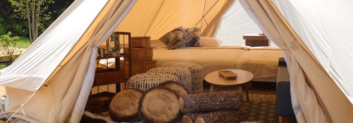 グランピングとは「グラマラス」と「キャンピング」を合わせた造語です。直訳すると魅力的なキャンプということになります。自然の中で過ごしながら、快適な設備を存分に使って、バーベキューやテント泊といったキャンプのかたちを楽しめるのがグランピングであるといえます。