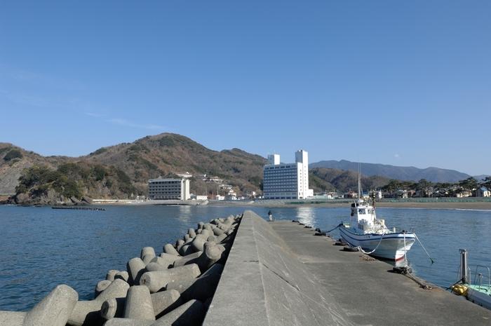 松崎町は、伊豆半島南西部の人口約6500人の駿河湾に面した町です。温泉、様々な景勝地、海水浴場、ダイビングスポットなどがある松崎町は伊豆半島を代表する観光地の一つです。