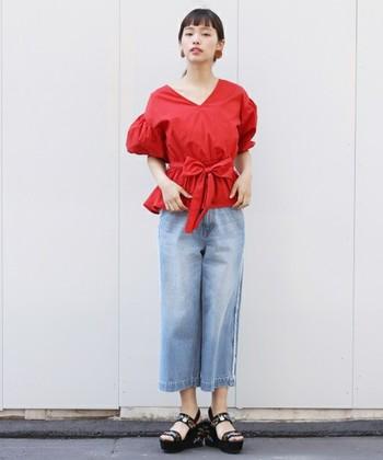 赤のボリュームスリーブのブラウスは一枚でサマになってくれるので、デニムを合わせてシンプルに。髪はまとめて、首回りを綺麗に見せると女性らしさが引き立ちます。