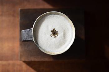 「ほうじ茶」にミルクと砂糖を加えた「ほうじ茶ラテ」。ほんのりとした香ばしさが気持ちを穏やかにしてくれます。