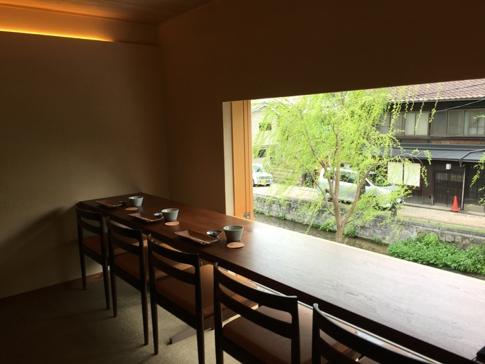 京都らしい「和」の色合いでまとめられた店内からは、鴨川へと流れる白川の眺めも楽しめます。