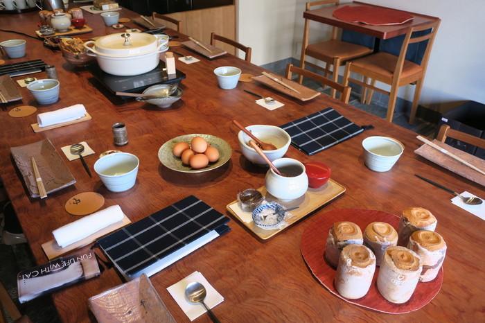 大きなテーブルには京丹後産の野菜を使った料理をメインに大皿料理が並べられ、バイキング形式でいただきます。