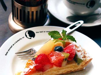 元町〜三宮エリアは、ランチとスイーツ、どちらも充実したカフェがとっても多いんですよ。野菜たっぷりヘルシープレートを食べた後は、フルーツたっぷりのパンケーキを…というように、ランチからデザートまで、ゆっくりとおいしい時間を過ごしませんか?
