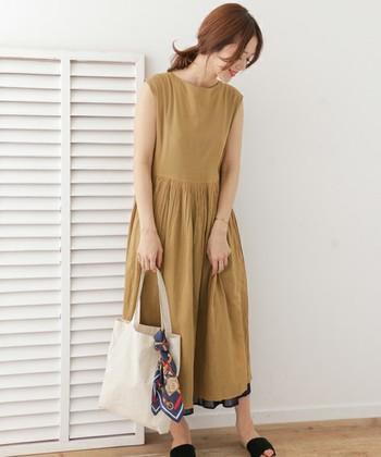 幅広デザインのゆったりワンピースは、ベルトを使ってウエストをシェイプすると、また違ったシルエットで着こなすことができますよ。