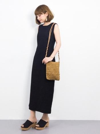 一枚で着るシンプルなワンピースの着こなしは、帽子やバッグ、靴などの小物選びがポイントです。同じワンピースでも、小物次第でさまざまなイメージに着こなすことができるのも魅力。