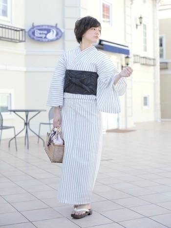 シンプルで爽やかな白地の浴衣。濃いグレーの帯を合わせてモノトーンでまとめれば、大人の女性の着こなしに。