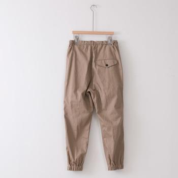 ふとももがゆったりめのテーパー度パンツは、後姿もかわいくて素敵。