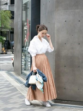 ボリュームたっぷりのギャザーロングスカートは、トップスをINしてすっきりと着こなして。足元はシンプルな白スニーカーを合わせて、軽やかさと抜け感をプラス。