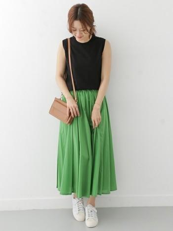 柔らかなコットン素材のギャザーロングスカートは、軽やかな立体感が魅力。鮮やかなグリーンのスカートが引き立つよう、トップスはモノトーンカラーやシンプルなデザインを選んで。