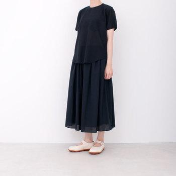 ライトなカディ(インドの手つむぎ)を使用したブラウス。ノーカラーのデザインに、ふんわりとしたスカートがよく合います。
