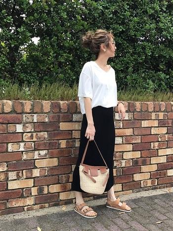 ダボっとした「ビッグサイズTシャツ」と、「UNIQLO」のスカートを合わせたプチプラコーデ。  白×黒だけでは重くなる時は、サンダルやバッグなどの小物をブラウンでまとめて、ナチュラル感アップ。