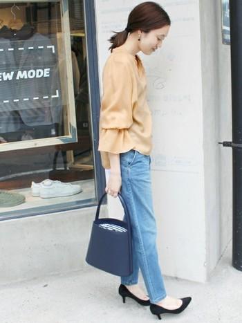 てろんとした素材の「フレアスリーブ ブラウス」は、甘くなりすぎないよう洗いこまれたジーンズと合わせて。清潔感がある素敵なコーデですね。