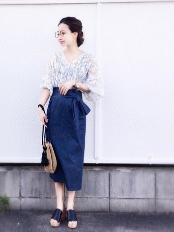 袖がふんわりボリュームのある「レーストップス」。タイトスカートに裾をインするとこんなに大人っぽいスタイルに。フェミニンなヘアアレンジも素敵ですね。