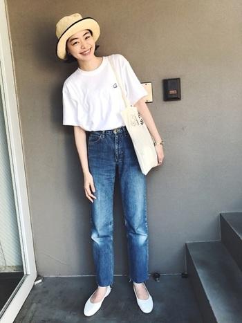 どんなスタイルとも相性が良いのが「白トップス」の特徴です。シンプルにジーンズと合わせれば、笑顔が映えるナチュラル感が素敵。  コットンや麻など天然繊維の白トップスなら、汚れたら漂白剤を使ってじゃぶじゃぶ洗えるのも良いですね。