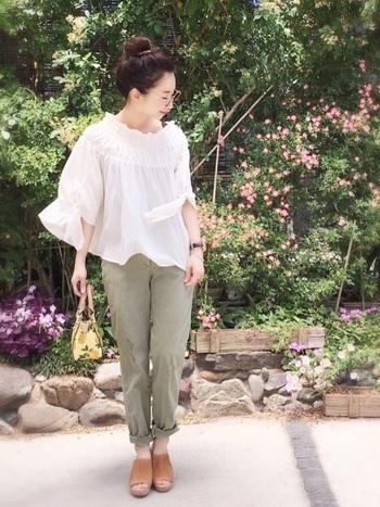 袖のリボンが印象的な「シャーリングプルオーバー」は、風で揺らめくほど薄手だからまるで妖精みたいな雰囲気に。  ガーリーになり過ぎないように、メンズライクなパンツと合わせた、甘辛ミックスコーデがおすすめです。