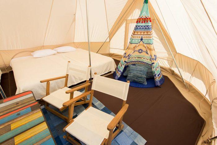 ファミリーグランピングをコンセプトにしており、テントの中には子供用の可愛らしいキッズテントが!シングルベッドが4台入り、リビングスペースも確保されています。