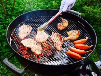 網の焼き目がついたお肉がとても美味しそう。まずは目で見て、香りを嗅いで、それからしっかりと味わう。これこそ、バーべーキューの楽しみ方です。