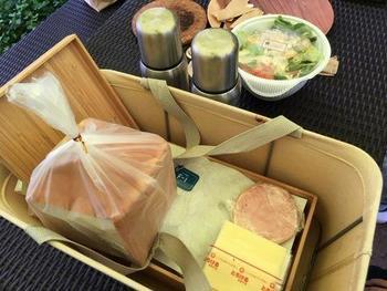 自分たちのキャンプサイトに戻って、朝食を作ります。朝食はハムとチーズのホットサンドです。ステンレスの保温ポットにはスープが入っています。