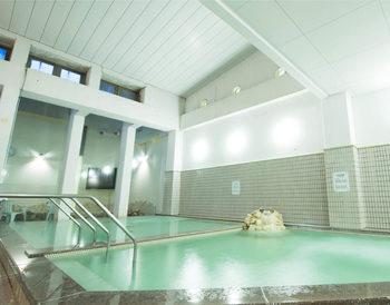 GRAXに宿泊しているお客様は格安料金で、るり渓温泉で入浴することもできます。キャンプというと、お風呂に入れないというのが困りごととしてよく挙げられますが、GRAXなら広々とした温泉に浸かることができるんです!