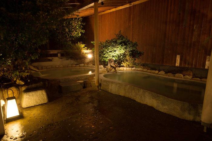 岩盤浴や大浴場のほか、水着で入る温泉プールなども人気があります。キャンプをしているのに、じっくりと入浴できるなんて夢のようですね。