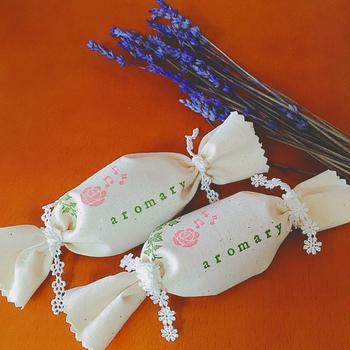 《サシェ》は、フランス語でハーブや香料を仕込んだ小袋(匂い袋)のこと。