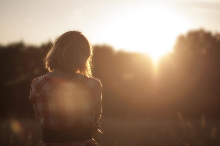 """サシェの中身は、乾燥ラベンダーがおすすめです。  アロマテラピーで最も活用されているのが、ラベンダー。副作用の心配が少ないハーブとしてよく知られています。その最大の効能は、""""リラックス効果""""。  不安や緊張といった「心的不調」や、頭痛や筋肉痛、神経痛等の「身体の痛み」を取り除く作用がある他にも、強力な殺菌作用や衣類の虫除け、消臭効果もあります。  乾燥ハーブの代わりに、ラヴェンダーのアロマオイルを染み込ませた化粧コットンや綿を詰めても。"""