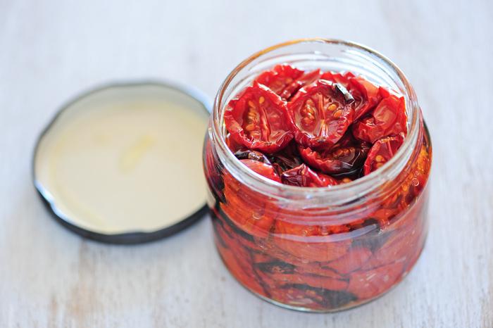 ドライトマトのオイル漬け。パスタに絡めたりピザに乗せたり自由に使えるので、作っておくと便利です。