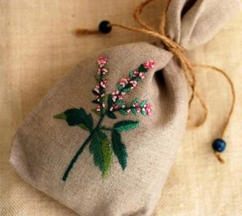 かわいいお花の刺繍は、大事にお守りのようにしたいサシェにぴったり。