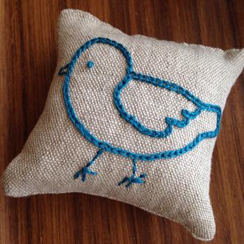 爽やかな青の小鳥の刺繍がかわいい♪