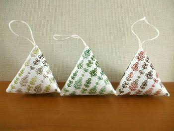 テトラ型のサシェも一工夫。植物柄を同系色の糸で刺繍してあります、