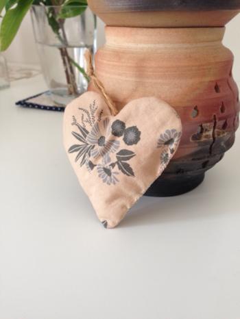 こちらはハート型に縫ったサシェ。ふんわり幸せな気持ちになりますね。