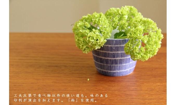 食卓に小さな花の宇宙を。 藍色の呉須(ごす)で印判を施す古典的な手法を現代風にアレンジして、モダンでかわいい雰囲気に。画像は東屋のそば猪口。