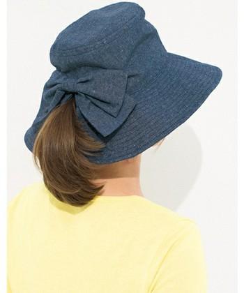 帽子をかぶりたいけれど、髪を結んだままだと違和感がある。でもいちいちほどくのも面倒…というときはこちら。髪を結んだままでもきれいにかぶることができます。もちろんUVカット加工済み、丸洗いもできます。
