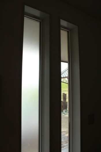 小さめの窓に手軽に貼りたいなら、シールタイプのシートもあります。こちらは曇りガラス風。UVカット効果に加え、窓をちょっと目隠ししたいときにも役立ちます。プリント柄も各社でいろいろなタイプが発売されていますので、お好みのものを探してみて下さいね。