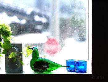 イッタラの鮮やかな色合いが美しい鳥のオブジェとキャンドルホルダー。窓辺に置くことで、より透明感が引き立ちます。