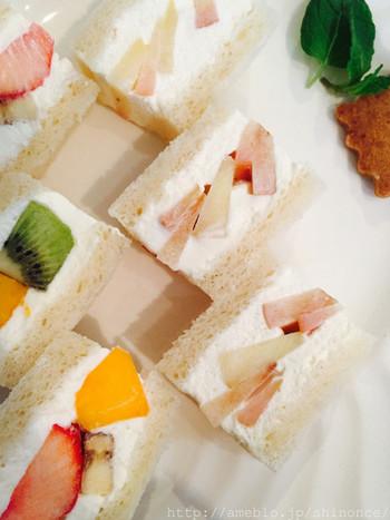 白いプレートにフルーツのビタミンカラーが良く映えます。味はもちろん、見た目も楽しめる美しさ。