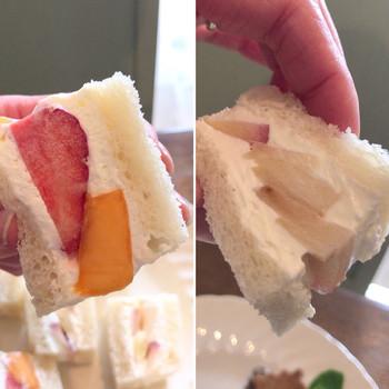 パンもクリームもとっても柔らかいので、写真のように縦にもって食べるのがコツ。ふわふわのフルーツサンドは、口に入れるととろける美味しさです!是非ご賞味あれ♪