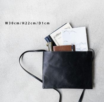 コンパクトなのに大容量。カードサイズの内ポケットがついており、バッグひとつを持ってふらりとお出かけもOK。