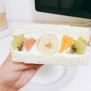 こちらはフツウニフルウツ350円(税込)。バナナ、キウイ、オレンジ、グレープフルーツの入ったフルーツサンドです。溢れんばかりのフルーツ!贅沢です…♪