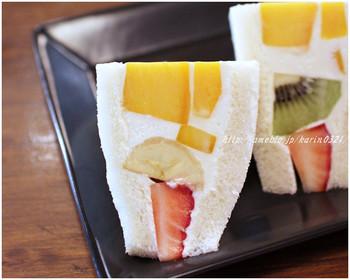大人気のフルーツサンドセットは深煎りコーヒーがついて1000円(税込)。フルーツとクリームがギッシリつまっています。中のフルーツはいちご、バナナ、マンゴー、キウイ。
