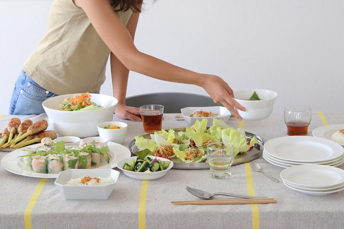 メニューと同様に、あらかじめ準備しておきたいのがテーブルウェア。これからどんどんホームパーティーを開いていきたいのであれば、思い切ってパーティー用のセットを揃えるのもいいですね。シンプルなデザインの食器なら、いろいろな盛り付け方を楽しめますよ。