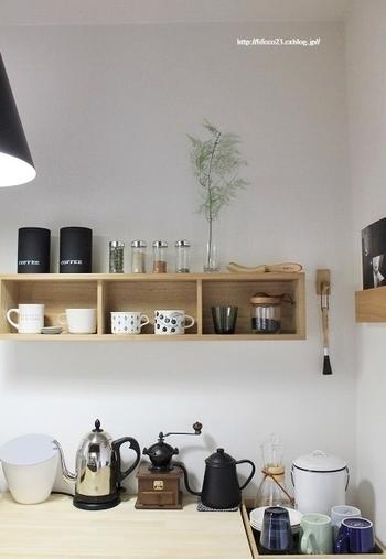 キッチンのキャビネットの空きスペースに、グリーンを飾って。キャニスターの「ガラス」と花瓶のクリアがバランスよく配置されています。