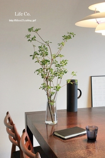 ダイニングテーブルに存在感のあるフラワーベースを置いて、お部屋のアクセントにしています。背の高いグリーンを飾ることで、印象深くより空間を広く捉える事が出来ます。